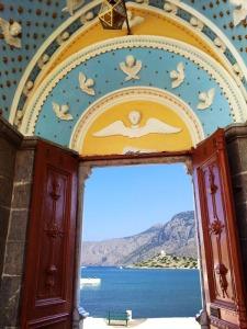Panormitis. L'ingresso affaccia sul mare.