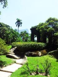 Scorcio del giardino botanico. In alto il Cristo.